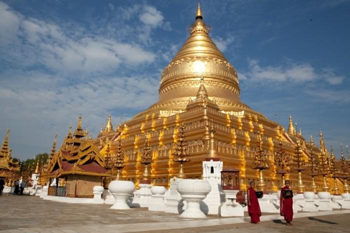 temple-bouddhiste-jaune-brillant-resized