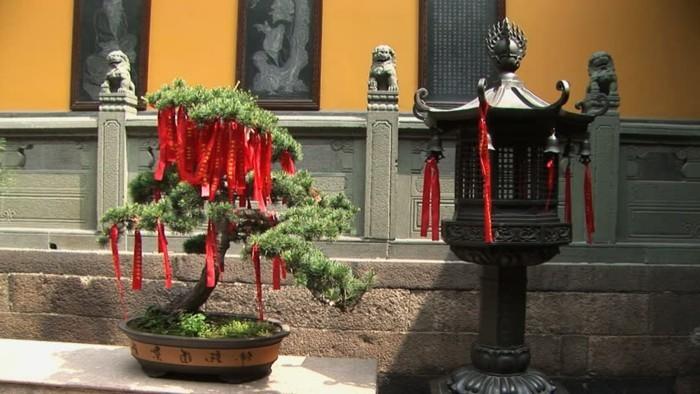 temple-bouddhiste-les-rubans-rouges-avec-les-prieres-resized