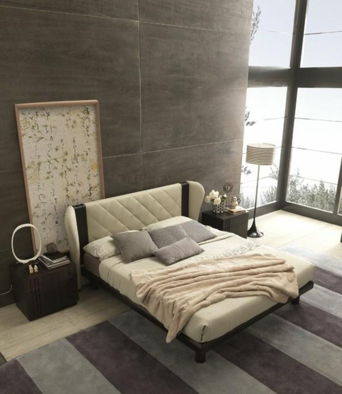 tete-de-lit-beige-lit-en-cuir-beige-tapis-à-rayures-gris-violette-mur-en-dalles-gris