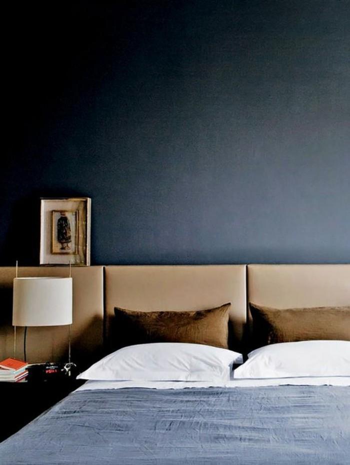 tete-de-lit-capitonnée-simili-cuir-beige-chambre-a-coucher-murs-en-bleu-foncé-lampe-de-chevet