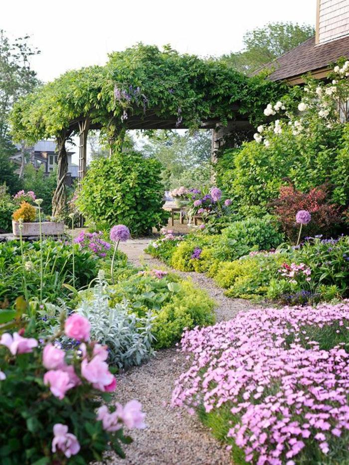 un-jardin-vraiment-joli-avec-beaucoup-de-fleurs-et-une-allée-en-cailloux