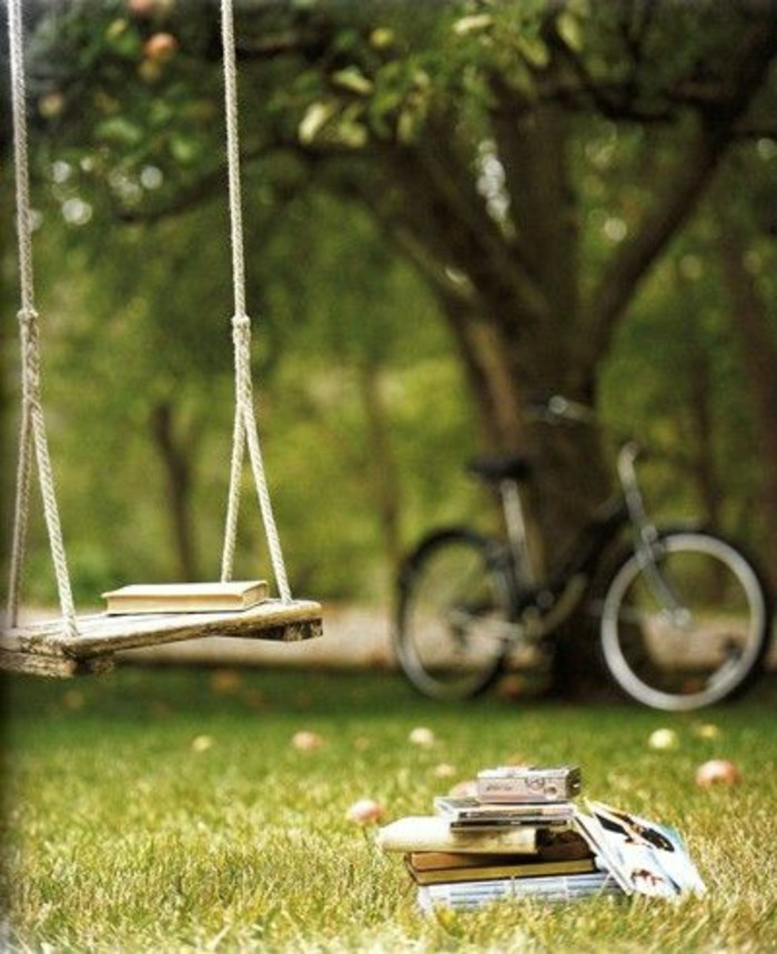 un-park-avec-pelouse-verte-balacelle-et-des-livres-sur-la-pelouse-quoi-lire-cette-année