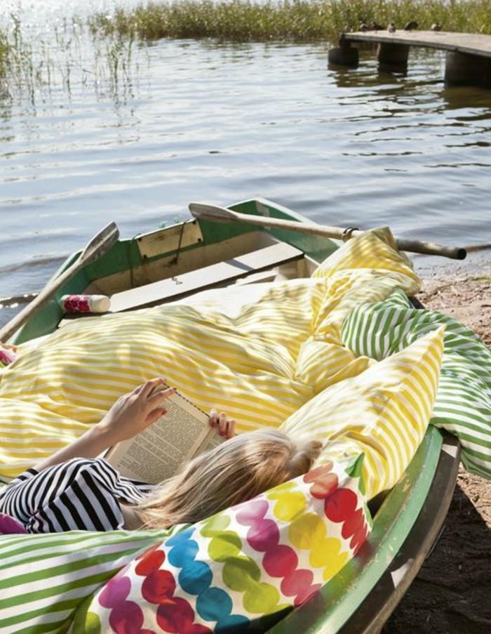 une-photo-inspirante-pour-lire-une-fille-qui-lise-un-livre-pres-de-la-lac