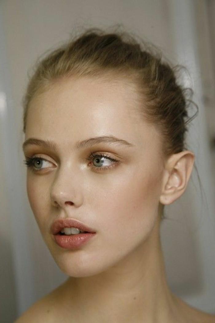 0-comment-maquiller-les-yeux-bleus-tuto-smokey-eyes-bleus-maquillage-discret-simple