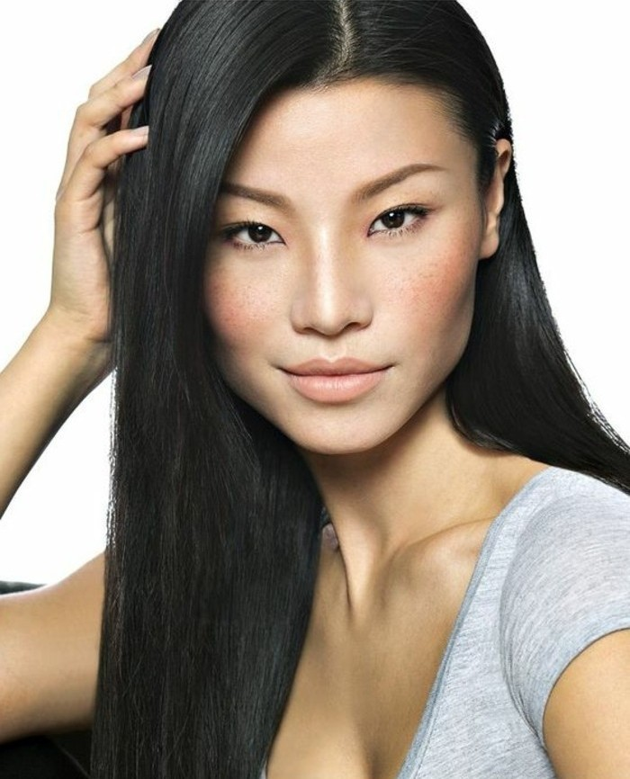 0-maquillage-yeux-bridés-chcveux-longs-noirs-t-shirt-gris-comment-bien-maquiller-ses-yeux