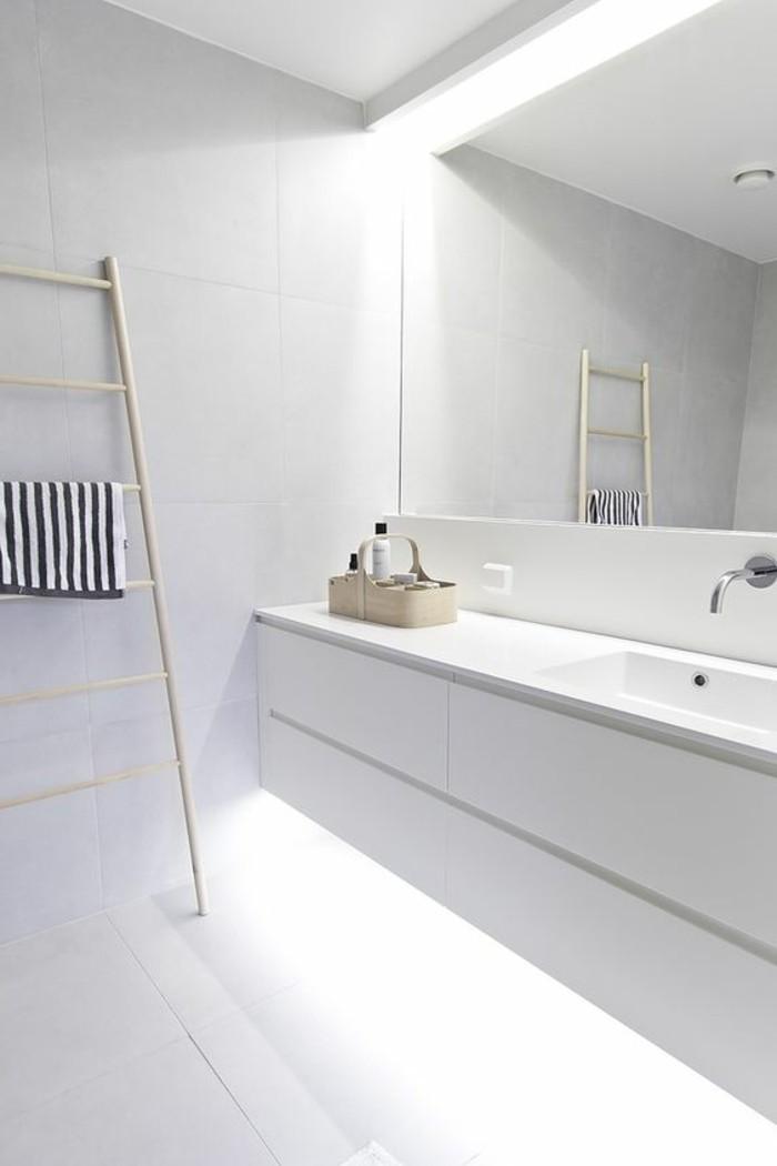 0-salle-de-bain-eclairage-led-miroir-éclairant-salle-de-bain-blanche-carrelage-blanc