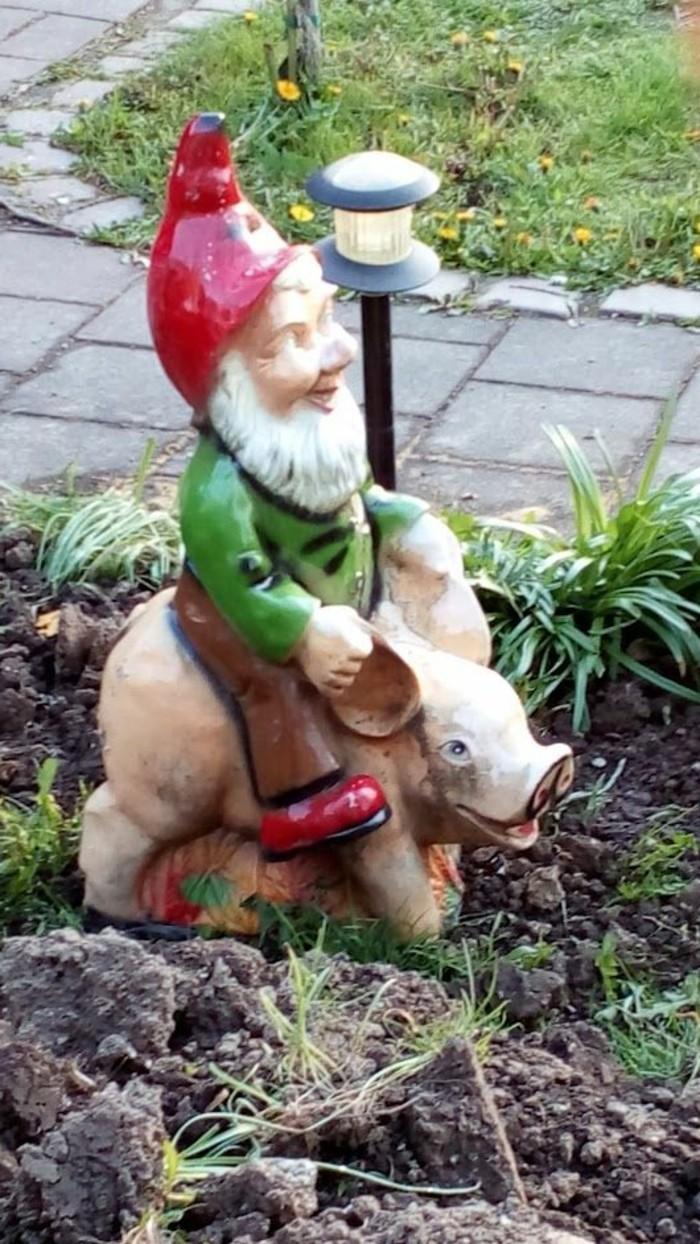 04-Nains de jardin - un qui chevauche un cochon