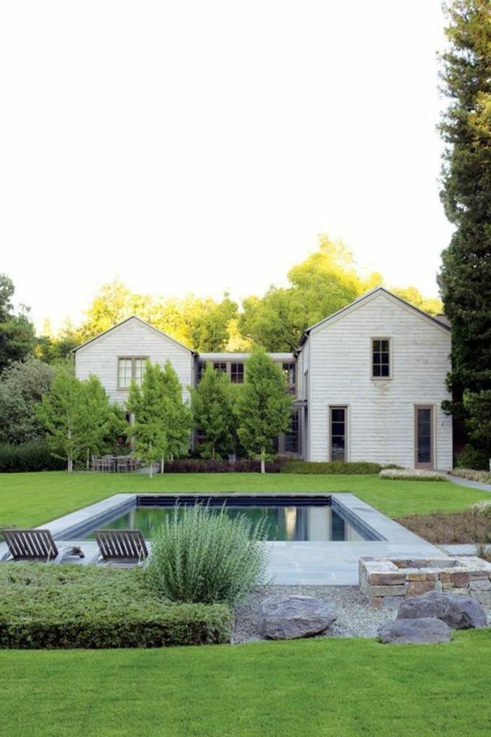 06-entretien pelouse entre une maison et une piscine