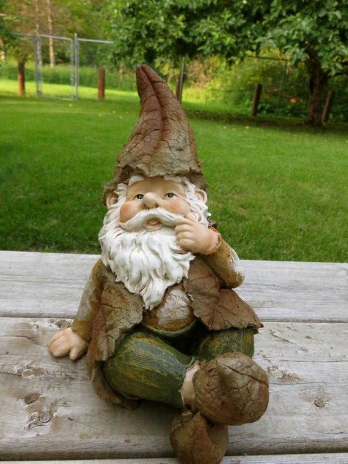 09-Nains de jardin - un qui touche sa moustache