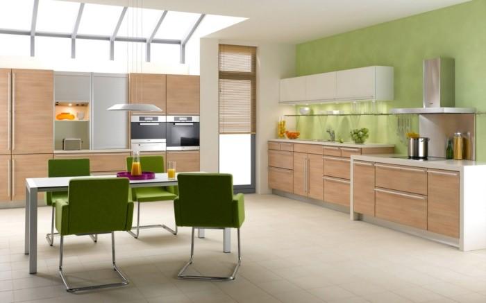 1-aménager-la-plus-belle-cuisine-meubles-en-bois-clair-chaises-vertes-table-salle-à-manger