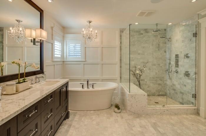 déco-salle-de-bain-traditionnelle-et-élégante-cabine-de-douche-baignoire-blanche-ovale-meuble-salle-de-bain-en-bois-grand-miroir-lustremajestueux