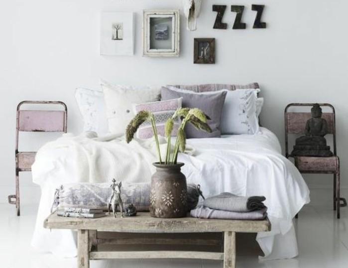 1.idée-de-déco-chambre-adulte-décoration-murale-originale-coussins-de-lit-colorés-couverture-de-lit-blanche-fleurs