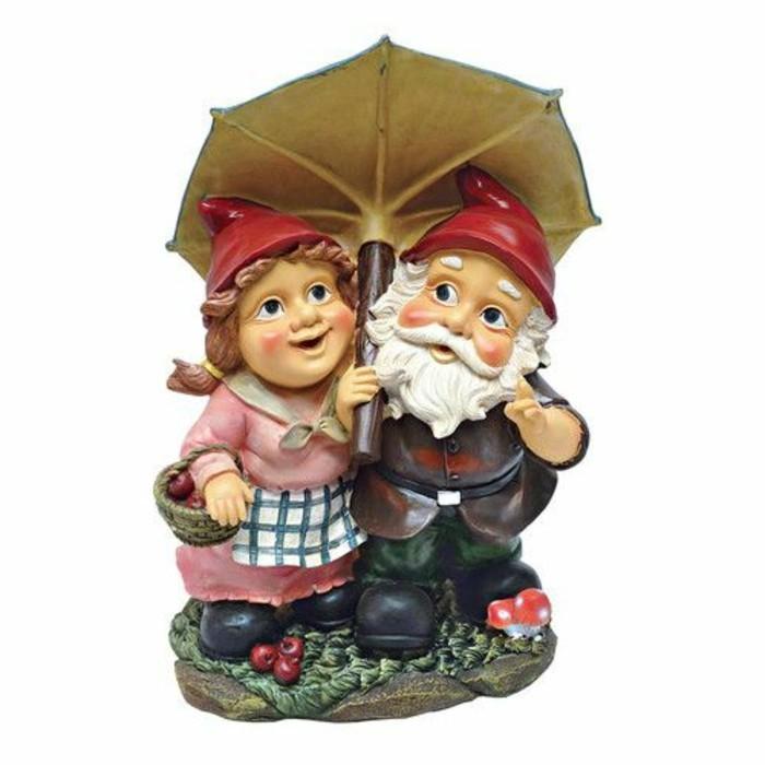 10-Nains de jardin - un couple sous une parapluie