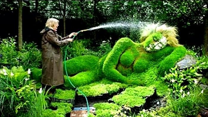 femme bandante femme nue dans son jardin