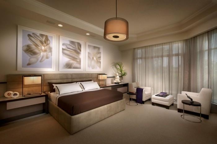 13.idée-de-déco-intéresante-chambre-adulte-spacieuse-grand-lit-table-basse-fauteuils-commodes-grandes-fenêtres