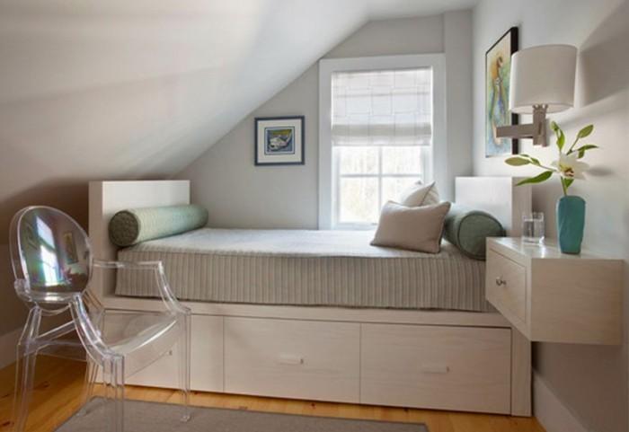 17.aménagement-chambre-adulte-convenable-pour-espaces-restreintes-lit-avec-espace-derangement-lampe-tiroir-mansarde