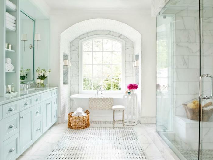 idee-deco-salle-de-bain-en-blanc-sol-en-marbre-de-carrare-baignoire-blanche-cabine-de-douche-meuble-salle-de-bain