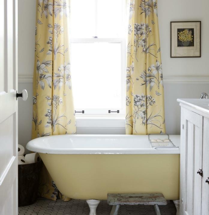 idee-deco-salle-de-bain-mignonne-style-campagne-française-jolis-rideaux-baignoire-à-poser