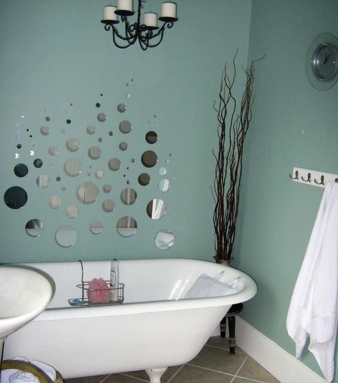 jolie-déco-salle-de-bain-en-bleu-sarcelle-petits-miroirs-imitant-des-d'eau