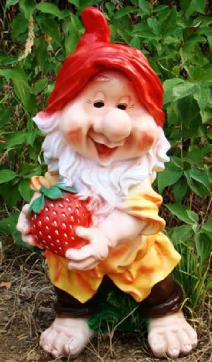 20-Nain de jardin original avec une fraise