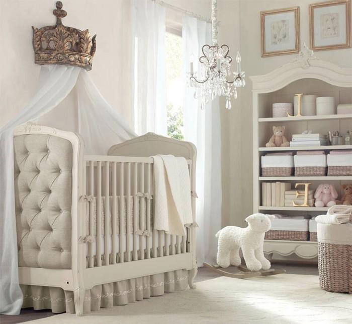 25belle-idée-déco-chambre-bébé-style-somptueux-lit-à-barreaux-lustre-meuble-à-langer