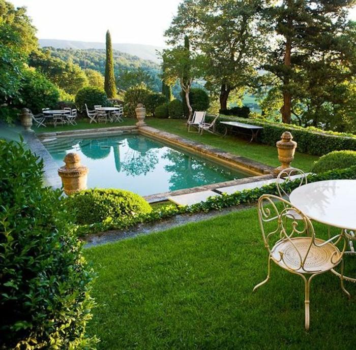 26-entretien de la pelouse - une piscine, des tables et des chaises