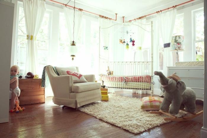 27chambre-bébé-stylé-lit-fauteul-commode-lampe-grandes-fenêtres