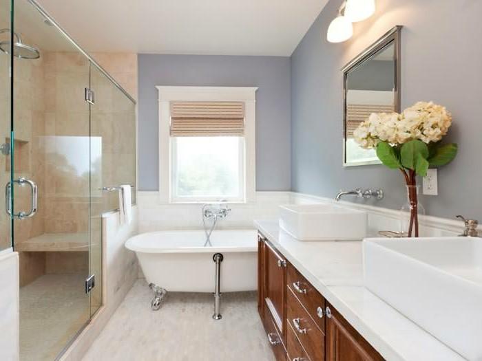 déco-salle-de-bain-idée-peinture-salle-de-bain-en-violet-baignoire-à-poser-vasques-à-poser-meuble-sous-vasque-en-bois-cabine-de-douche-salle-de-bain-zen