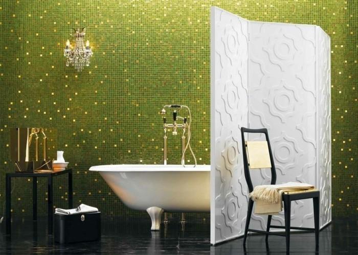 modele-sale-de-bain-avec-jolie-mosaïque-en-vert-paravent-salle-de-baine-baignoire-à-poser-blanche