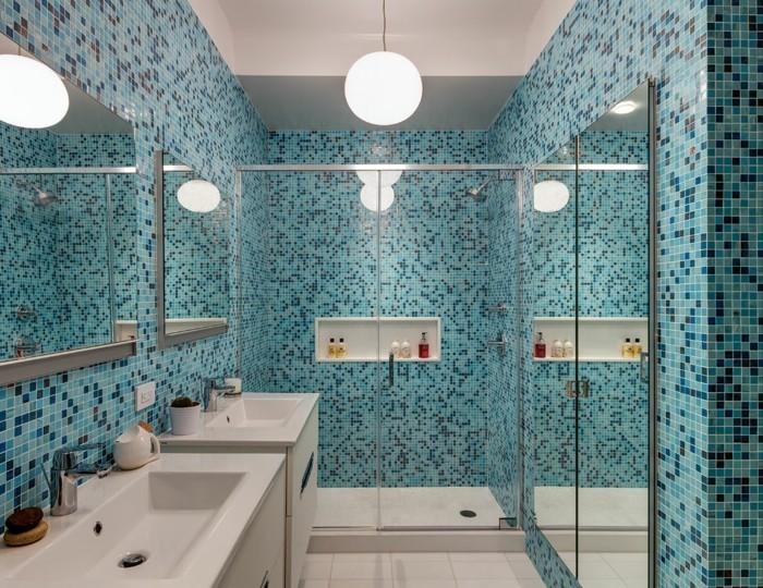 idee-deco-salle-de-bain-en-mosaïque-bleue-double-vasque-grands-miroirs-suspension-ronde