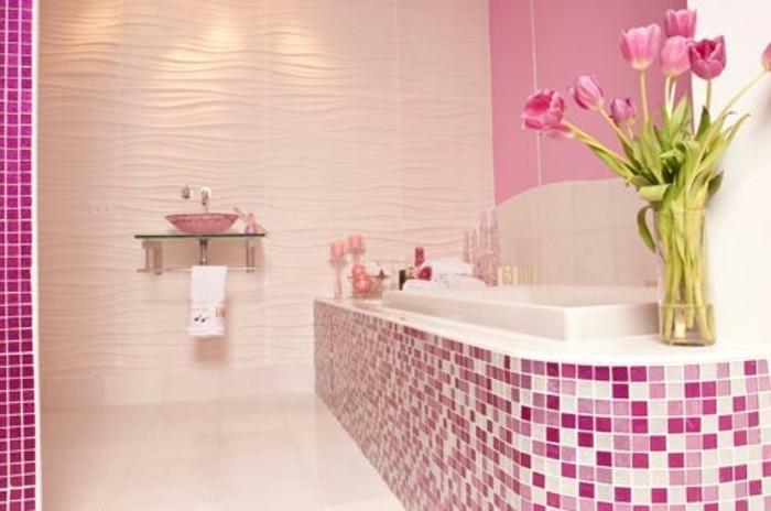 modele-salle-de-bain-féminine-avec-superbe-mosaïque-rose-baignoire-à-encastrer