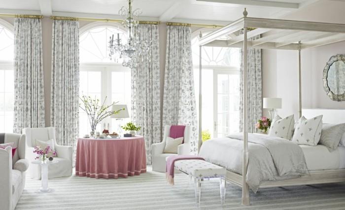 3.une-idée-géniale-chambre-adulte-lumineuse-lit-à-baldquin-couleurs-clairs-fauteuils-confortables