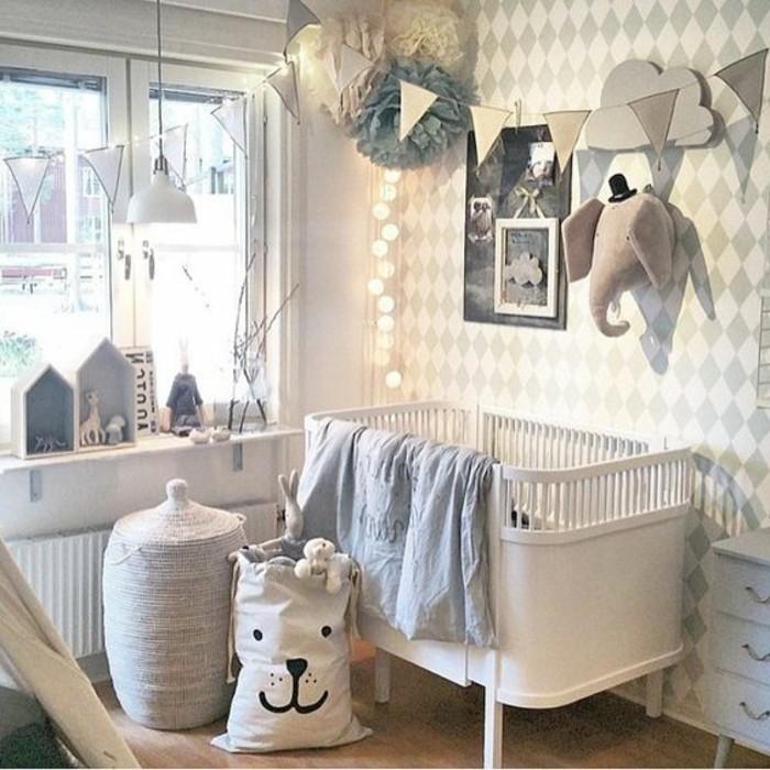 35idée-de-déco-chambre-bébé-lit-sac-de-rangement-coffre-à-jouets-belle-décoration-murale