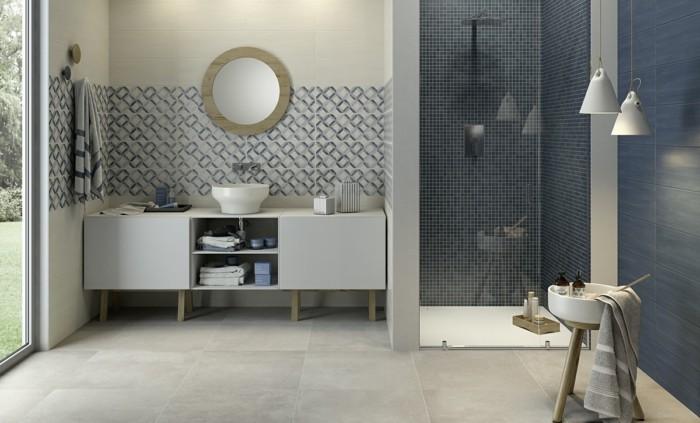 modele-salle-de-bain-en-bleu-gris-et-blanc-cabine-de-douche-vasque-à-poser-miroir-rond-meuble-salle-de-bain-pratique-idée-carrelage-salle-de-bain-à-differentes-couleurs-et-motifs