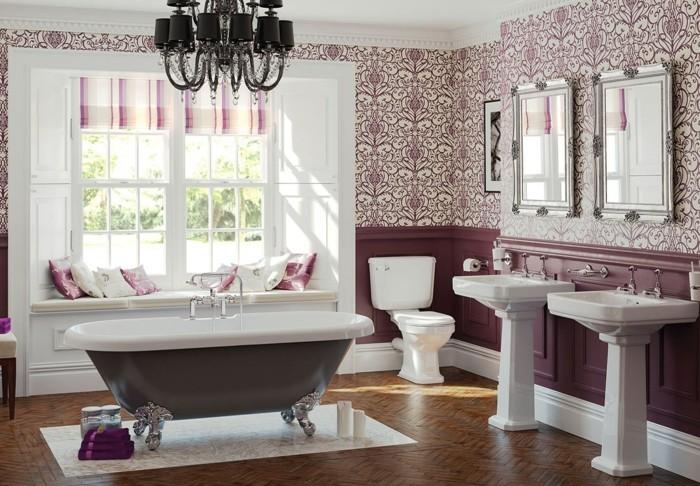 jolie-déco-salle-de-bain-idée-salle-de-bain-avec-parquet-en-bois-idée-papier-peint-salle-de-bain-à-motifs-floraux-baignoire-à-poser-au-centre-siège-fenêtre-lavabo-colonne