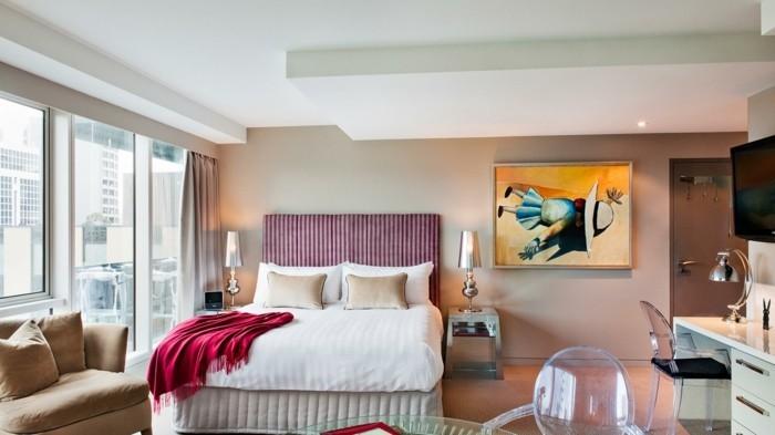 4.belle-chambre-adulte-stylé-lit-confortable-jolie-lampe-tableau-intéressant-point-focal-bureau-avec-tiroirs