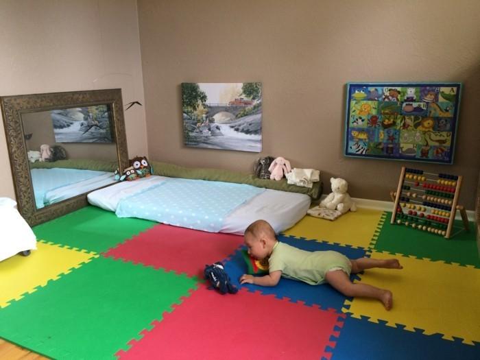 40chambre-bébé-tapis-coloré-miroir-tableaux-jouets-style-montessori