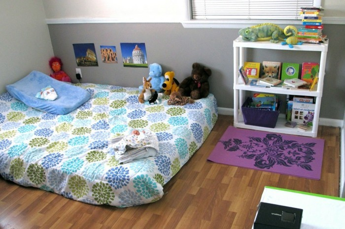 41chambre-bébé-très-mignone-style-montessori-matelas-jouets-étagère-photos