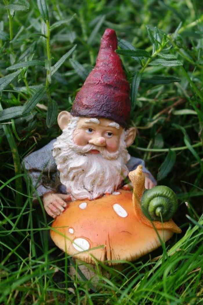 44-Nain de jardin avec un champignon et un escargot