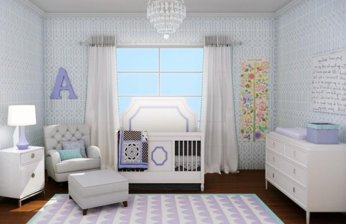 46une chambre-bébé-fille-très-sympa-blanc-violet-lit-tabouret-commode-lampe