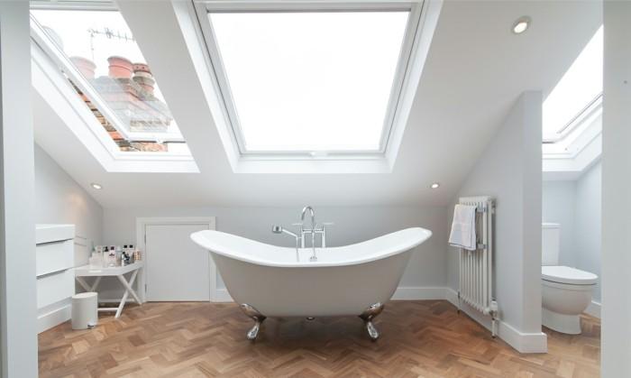 magnifique-déco-salle-de-bain-salle-de-bain-en-blanc-salle-de-bain-parquet-en-bois-baignoire-à-poser-blanche