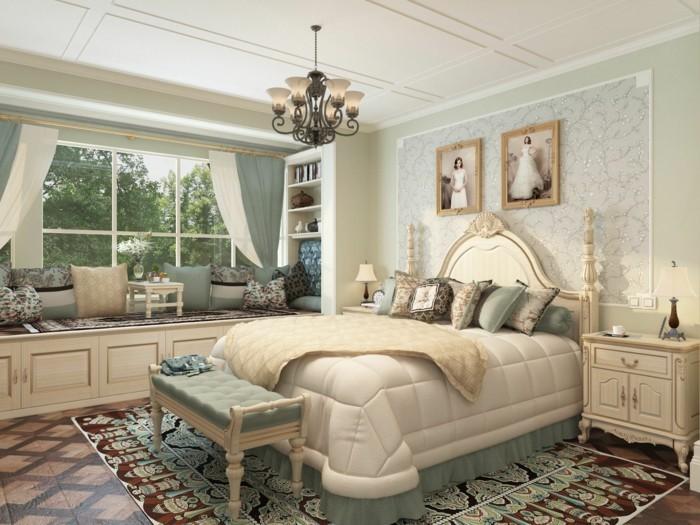 5.brillante-idée-déco-chambre-adultte-style-néo-classique-vintage-belle-déco-murale-grand-lit-coussins-lustre-siège-côté-fenêtre