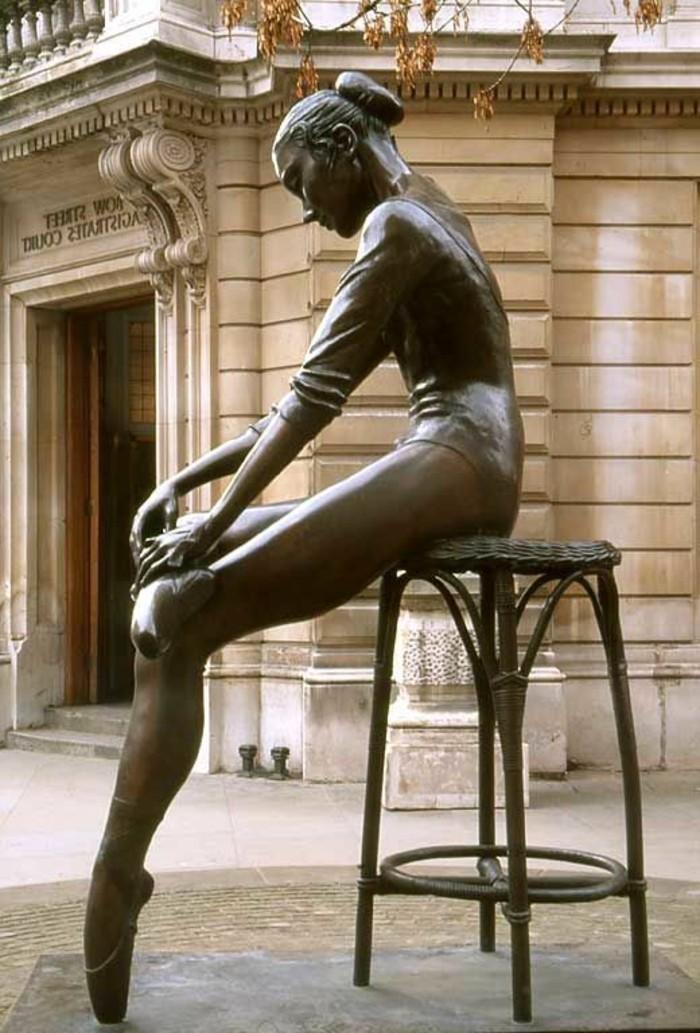56-Sculpture exterieure - figure de ballerine
