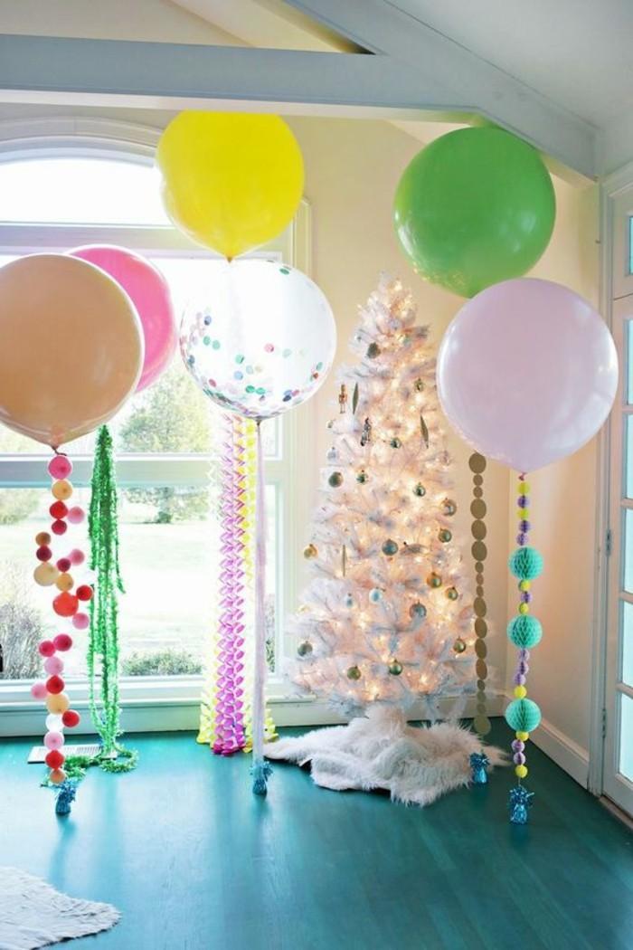 61-decoration ballons pres de l'arbre de Noel