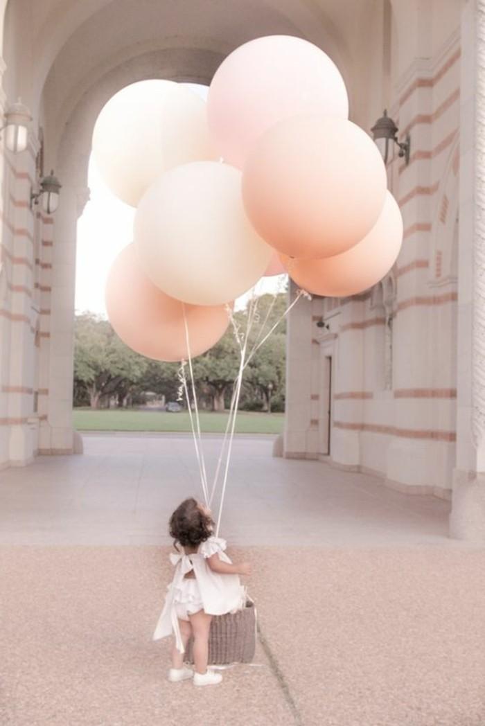 69-bouquet ballons en rose tenu par un enfant