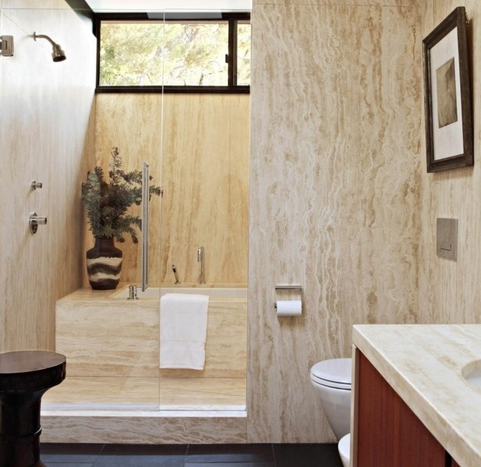 déco-salle-de-bain-en-marbre-paroi-de-douche-en-verre-transparent-sol-en-vinyle