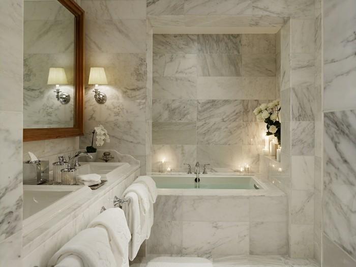 idee-deco-salle-de-bain-en-marbre-baignoire-encastrée-double-vasque-porte-serviette-ambiance-romantique