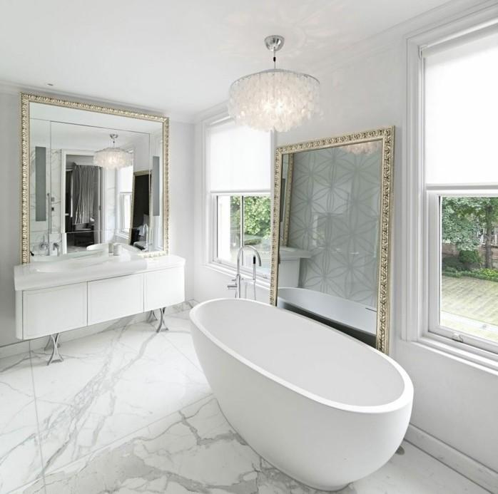 idee-salle-de-bain-très-esthétique-salle-de-bain-en-marbre-deux-gros-miroirs-avec-joli-encadrement-baignoire-blanche