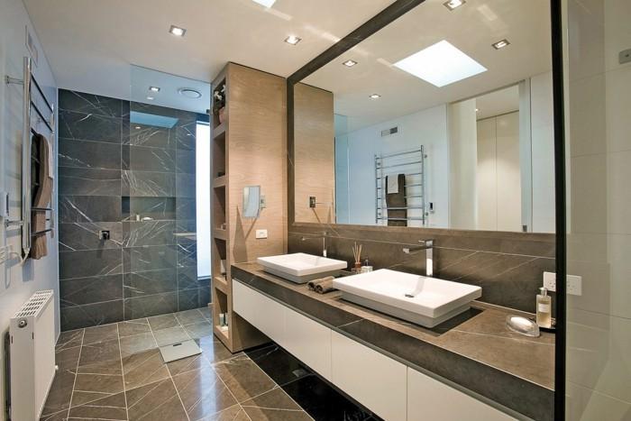 modele-salle-de-bain-chic-luxe-revêtement-en-dalles-de-marbre-double-vasque-à-poser-meuble-de-rangement-grand-miroir-rectangulaire