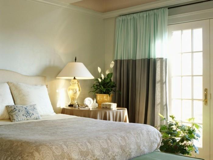 7.idée-de-déco-chambre-adulte-lit-lampe-rideaux-fleurs-table-de-nuit